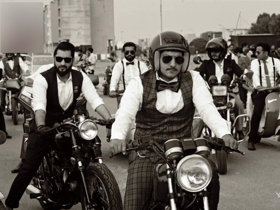 یہ پاکستانی مَرد اتنا تیار ہوکر، سوٹ چڑھا کر سڑکوں پر موٹرسائیکلیں کیوں چلارہے ہیں؟ وجہ جان کر آپ بھی بے اختیار انہیں داد دینے پر مجبور ہوجائیں گے