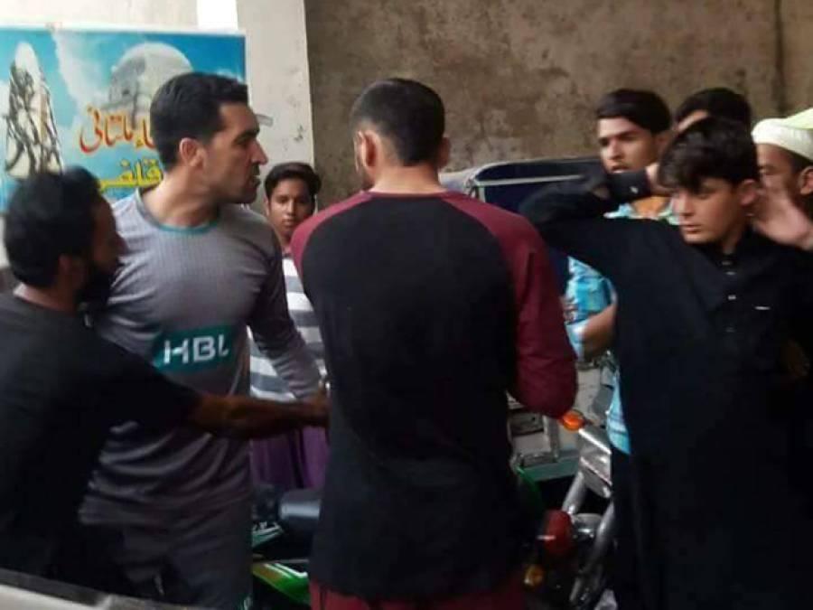 """سیلفی کی فرمائش پر """"سیلفی کنگ"""" احمد شہزاد غصے میں آ گئے، تیش میں آکر مداح کا موبائل فون ہی توڑ ڈالا"""