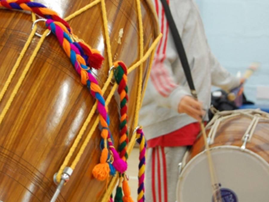 میاں چنوں: ڈھول کی تھاپ اور شنائیوں کے ساتھ بیوہ کی وصیت کے مطابق آخری رسومات