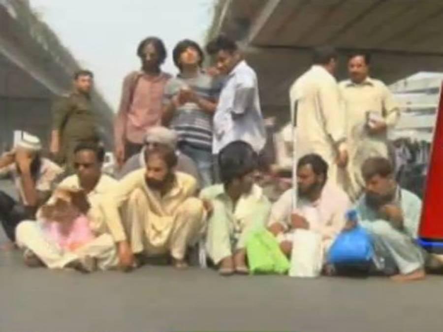 لاہور،کلمہ چوک میں نابینا افراد کا مظاہرہ،میٹرو بس سروس معطل،بسوں کی لائنیں لگ گئیں