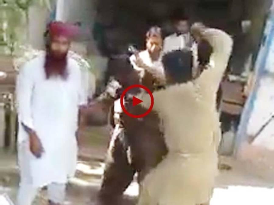 خانپور میں موبائل چور رنگے ہاتھوں پکڑا گیا، متاثرہ شخص نے موبائل چور کی ایسی دھلائی کی کہ اب وہ کبھی چوری کرنے کا سوچے گا بھی نہیں۔ ویڈیو: محمد امجد۔ اوکاڑہ