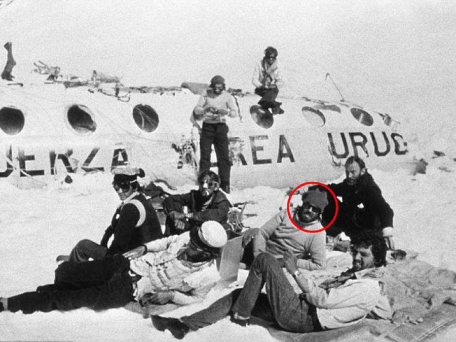 'ہمارا جہاز پہاڑوں میں گر گیا، ہم 15مسافر زندہ بچ گئے، کچھ بھی کھانے کو میسر نہ تھا تو بالآخر مردہ مسافروں کا گوشت کھانے لگے یہاں تک کہ۔۔۔' طیارہ حادثے کے بعد پہاڑوں میں پھنسے مسافروں کی ایسی کہانی جسے جان کر انسان واقعی کانپ اٹھے
