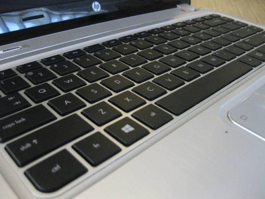 آدمی کی اپنے لیپ ٹاپ پر کی بورڈ کی لائٹ جلانے کی کوشش، ایسے میں اس کے اندر کیا چیز نظر آگئی؟ دیکھ کر واقعی ہوش اُڑگئے، تمام لڑکے لڑکیاں ضرور اپنا کمپیوٹر چیک کرلیں کہ کہیں اس میں بھی۔۔۔