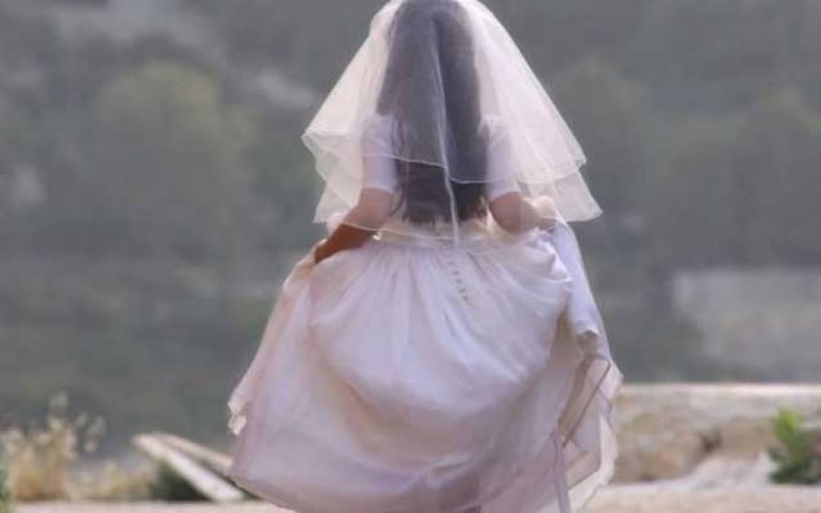 بڑے عرب ملک میں شادی کی تقریب کے دوران ہی دلہن نے دولہے کو ایک ایسی لڑکی کیساتھ رنگے ہاتھوں پکڑ لیا کہ ہنگامہ برپا ہوگیا، دولہے نے جان چھڑانے کیلئے دلہن کو فوری طلاق دی اور پھر۔۔۔