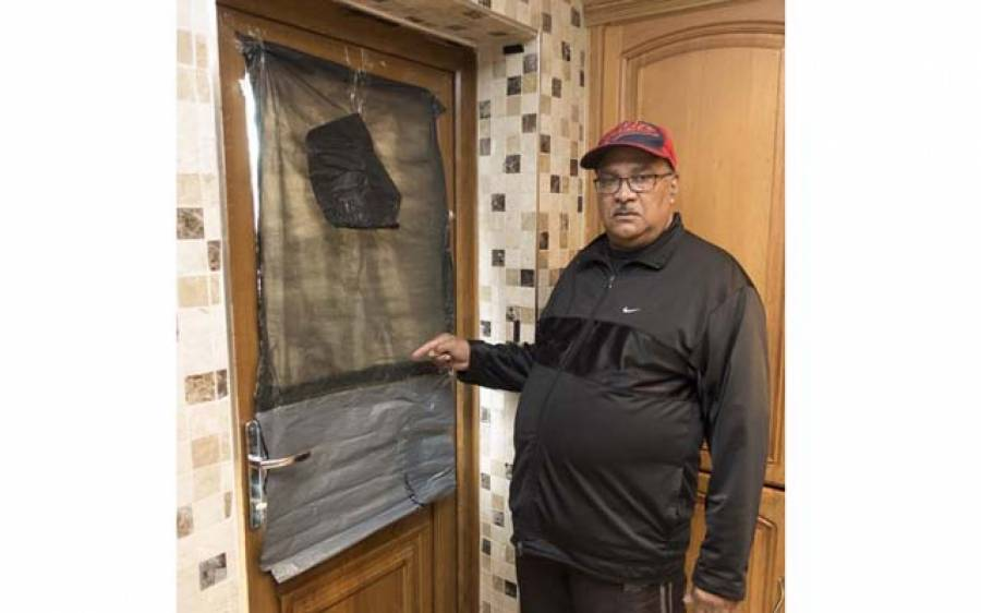 دو پڑوسی جو آپس میں جنگ پر اتر آئے، گھروں کا قلع بنالیا لیکن پھر ایسی بات ہوگئی کہ ایک کو ہار ماننا پڑ گئی