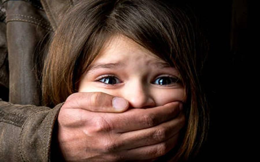 قصور کے بعد ایک اور شہر میں 5 سالہ بچی سے زیادتی کی کوشش، ملزم نے بچوں کو گود میں اٹھایا اور پھر۔ ۔ ۔