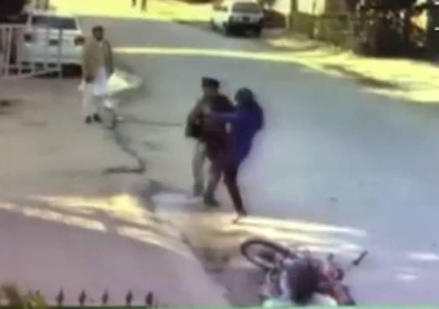 راولپنڈی میں 2 موٹرسائیکل سوار چوروں کی سڑک پر چلتی لڑکی کو لوٹنے کی کوشش، آگے سے لڑکی نے کیا کیا؟ جان کر ہرچور فوراً توبہ کرلے