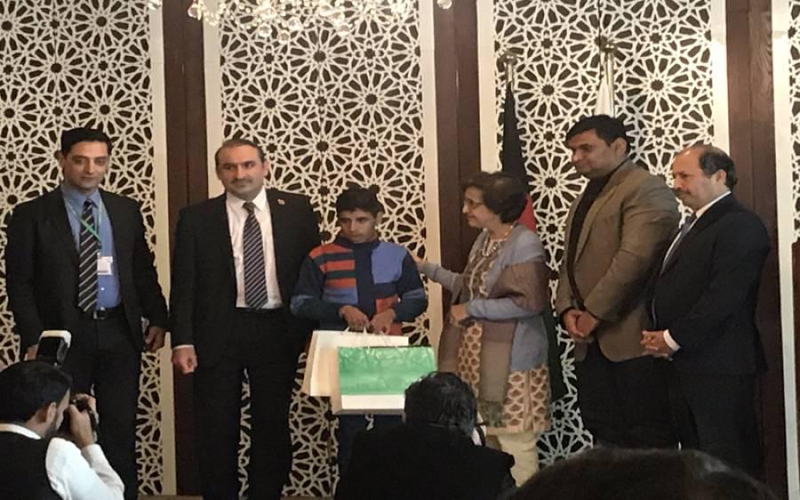 پاکستان نے 2015 ءمیں اہلخانہ سے بچھڑنے والے 13 سالہ افغان بچے کو والدین سے ملا دیا
