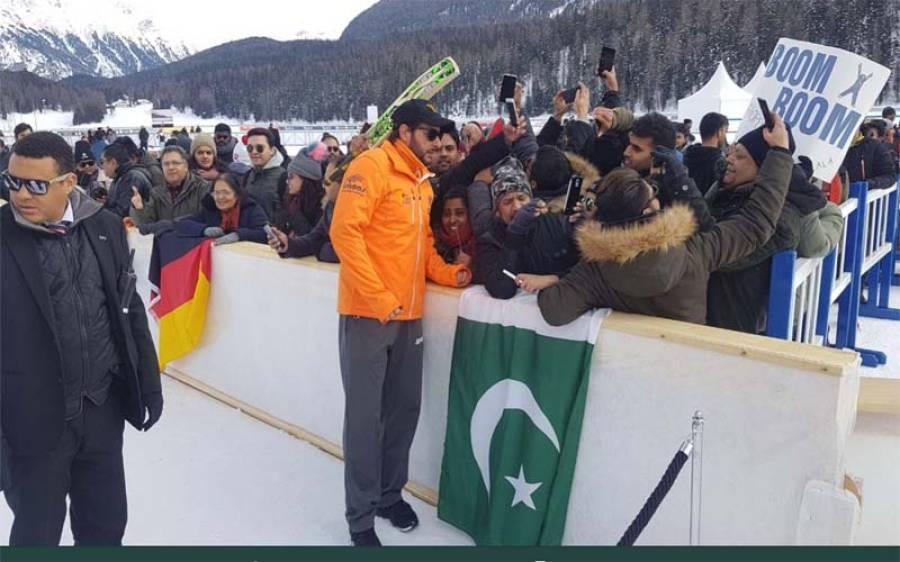 سوئٹزر لینڈ میں ایک پاکستانی نے تحریک انصاف کی ٹوپی شاہد آفریدی کے سامنے کی تو انہوں نے آگے سے ایسا کام کردیا کہ عمران خان بھی پریشان ہو جائیں گے