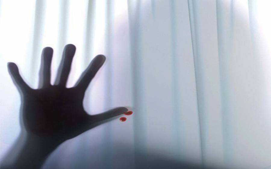 اوباش کی خاتون سے زیادتی، برہنہ تصاویر بھی بنالیں