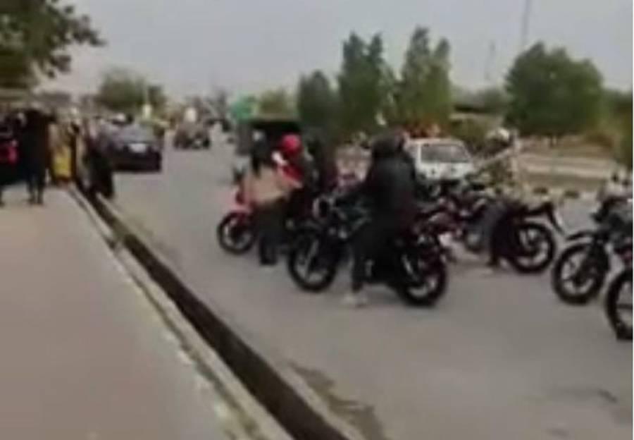 اسلام آباد انٹرنیشنل اسلامک یونیورسٹی میں لڑکے نے سرعام ویلنٹائن ڈے پر لڑکی کو اپنے دل کی بات کہہ دی اور وہ بھی ایسے طریقے سے کہ تمام لڑکیوں کی 'چیخیں' نکل گئیں
