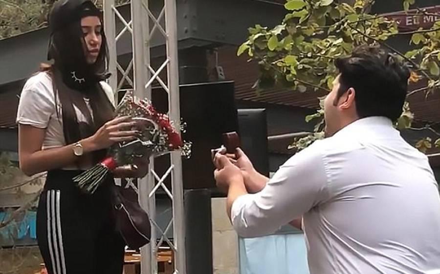 بھرے مجمع کے سامنے نوجوان کی اپنی محبوبہ کو شادی کی پیشکش، لیکن لڑکی نے آگے سے کیا حرکت کر دی؟ دیکھ کر ہر مرد کی آنکھوں میں آنسو آجائیں کیونکہ۔۔۔