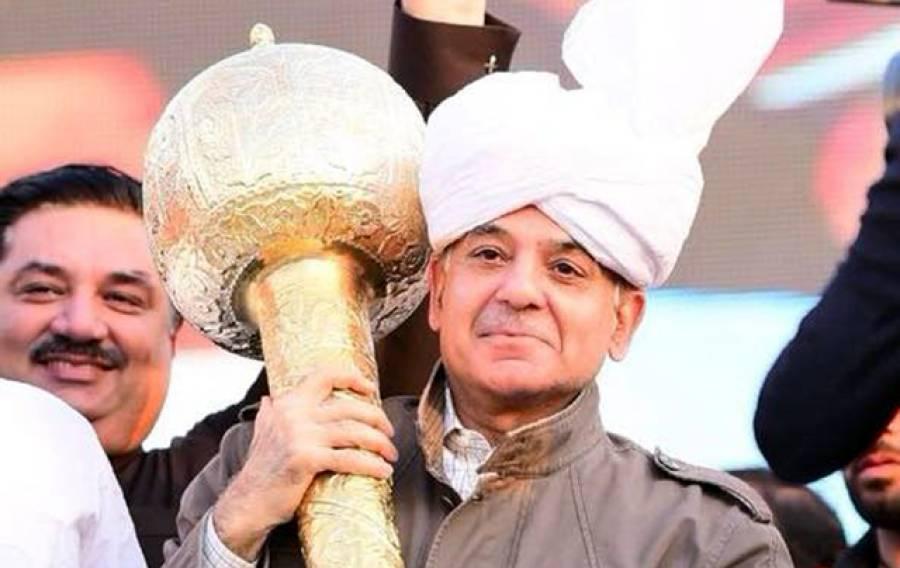 شہباز شریف نے گوجرانوالہ میں اپنے جلسے میں کشتی بھی کر کے دکھا دی، پہلوان کو پکڑ لیا