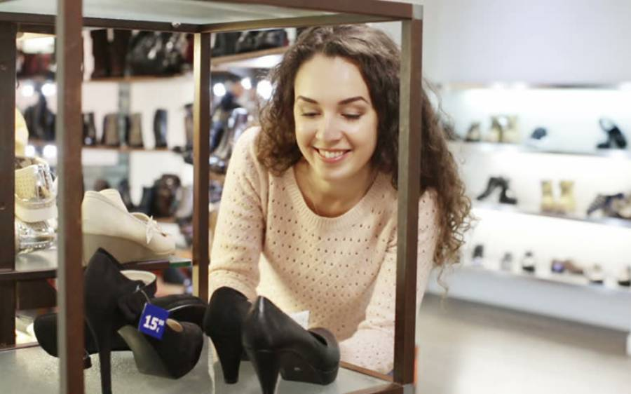 ادھار پر جوتے لے جانے والی لڑکی کے ساتھ سیلز مین نے ایساہاتھ کر دیاکہ کوئی لڑکی پھر کبھی ایسا سوچے گی بھی نہیں