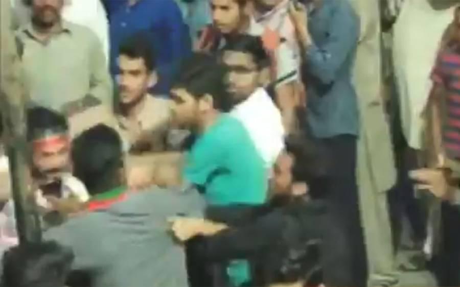 گجرات کے جلسے میں پی ٹی آئی کے کارکن یہ کس آدمی کو پیٹ رہے ہیں؟ یہ جوتا پھینکنے والے شخص نہیں بلکہ۔۔۔جواب جان کر آپ کو یقین نہیں آئے گا