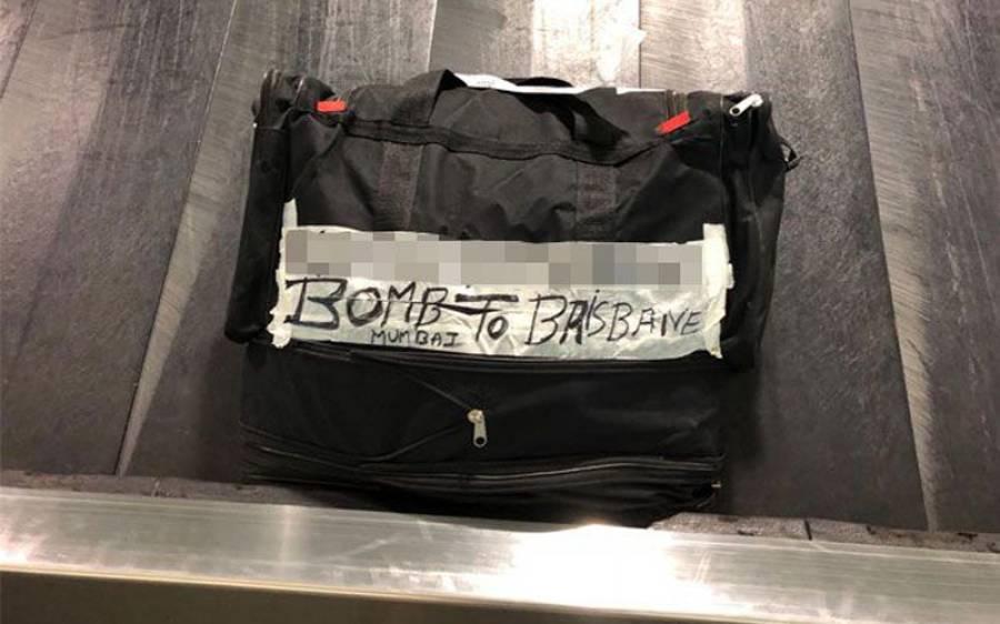 ائیرپورٹ پر اپنا سامان واپس اُٹھاتے مسافر، اچانک ایک بیگ پر ایسا پیغام لکھا نظر آگیا کہ پورے ائیرپورٹ پر کھلبلی مچ گئی، ہر شخص خوف میں ڈوب گیا کیونکہ اس پر۔۔۔
