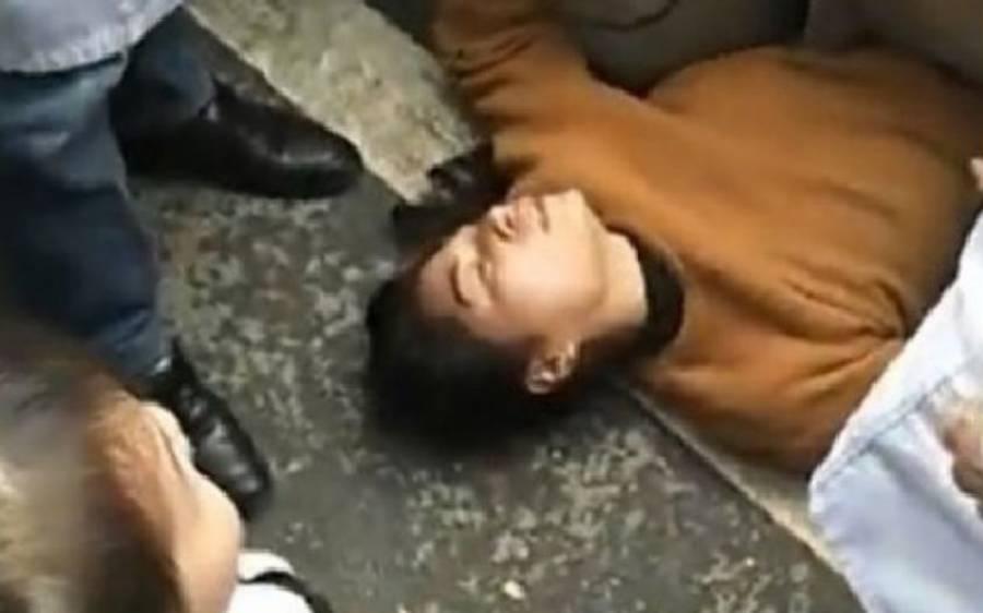 یہ خاتون سڑک کے درمیان پولیس کی گاڑی کے نیچے کیوں لیٹی ہے؟ وجہ ایسی کہ آپ سوچ بھی نہیں سکتے
