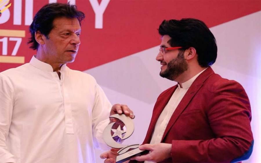 عمران خان نے پشاور زلمی کے مالک جاوید آفریدی کو انتہائی شاندار اعزاز دے دیا