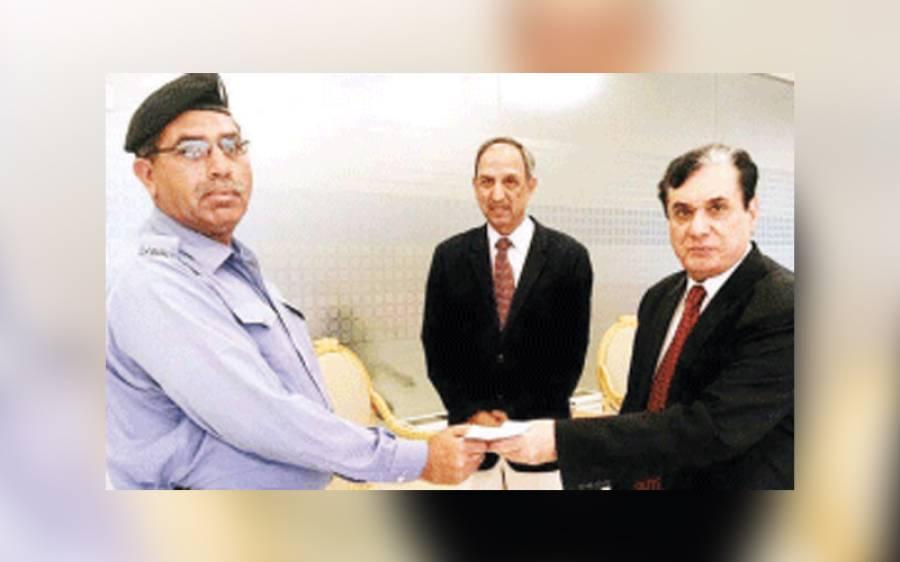 نیب افسر ادارہ سے انتہائی حساس دستاویزات چوری کرتے پکڑا گیا' سیکورٹی گارڈ کو 10 ہزار روپے انعام