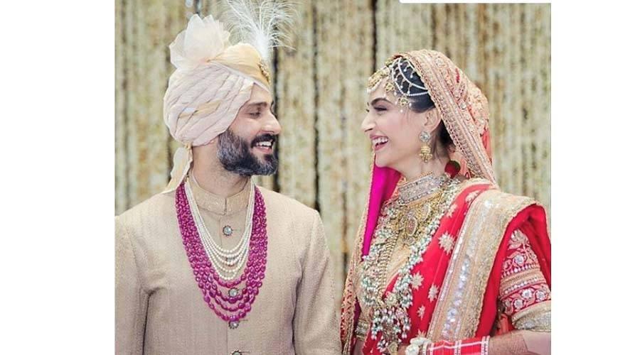 سونم کپور شادی کے بندھن میں بندھ گئیں ، کس رنگ کا لہنگا پہنا اور دولہے میاں کیسے دکھ رہے تھے ؟ تصاویر نے انٹرنیٹ پر دھوم مچا دی