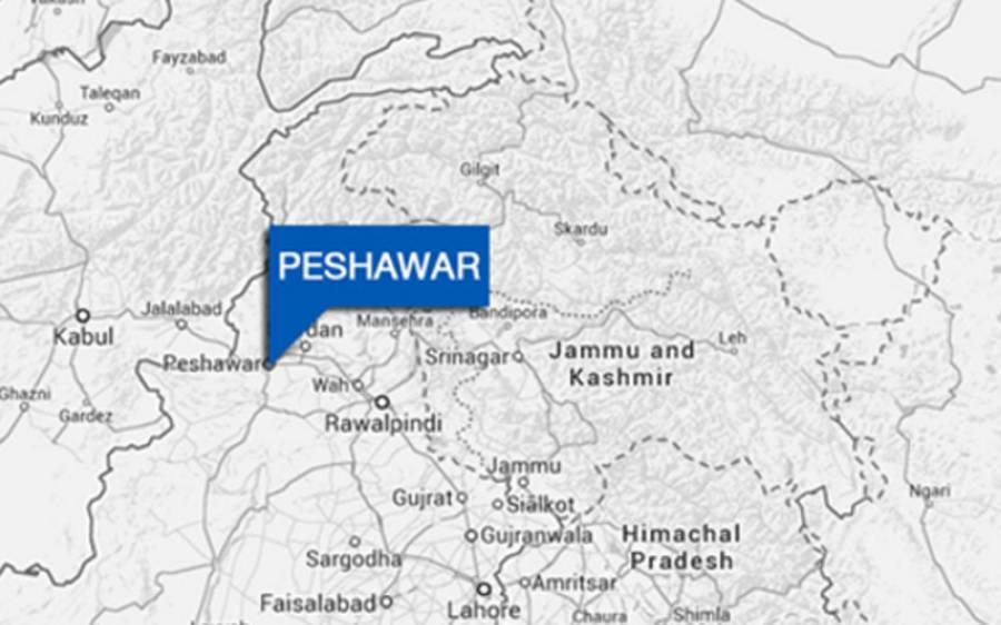 پشاور میں 2 بڑی چیک پوسٹوں کی سکیورٹی پولیس کے حوالے، گورنر ہاﺅس کے قریب دیوار گرادی گئی