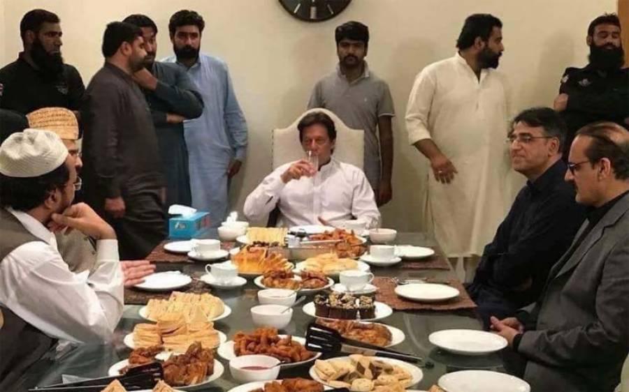 کیا عمران خان اس تصویر میں واقعی افطاری سے پہلے ہی شربت پی رہے ہیں ؟ سوشل میڈیا پر طوفان برپا کرنے والی اس تصویر کی حقیقت سامنے آ گئی ، معمہ حل ہو گیا