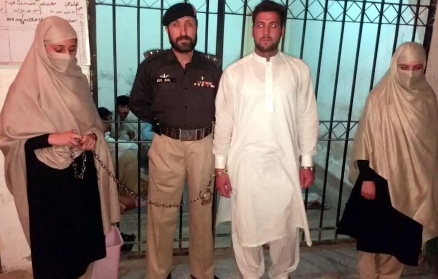 کیلاش خواتین کو ہراساں کرنے والا اس شخص کی گرفتار ہونے کے بعد حوالات سے پہلی تصویر سامنے آ گئی، سوشل میڈیا پر ہنگامہ برپا ہو گیا