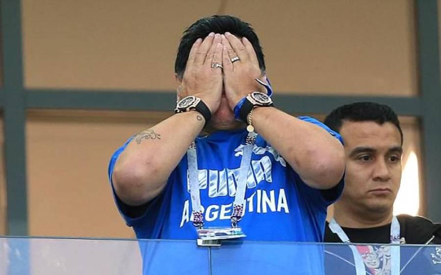 لیجنڈ فٹ بالر میراڈونا نے اس تصویر میں دونوں ہاتھوں پر گھڑیاں کیوں پہنی ہیں؟ وجہ جان کر آپ کو بھی ہنسی آ جائے گی
