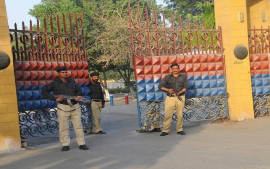 کال کوٹھری میں پنکھا تو لگوا دو، قیدیوں کی عدالت سے اپیل