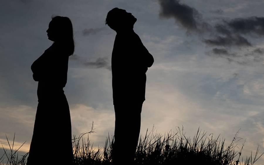 'اس رات میں نے اپنی بیوی کا ہاتھ پکڑ کر کہا کہ طلاق دینا چاہتا ہوں، مجھے کوئی اور لڑکی پسند آگئی تھی، میری بیگم نے کہا صرف ایک مہینہ اکٹھا رہ لو، پھر مجھے معلوم ہوا کہ۔۔۔' آدمی کی وہ کہانی جو ہر شوہر کو ضرور پڑھنی چاہیے
