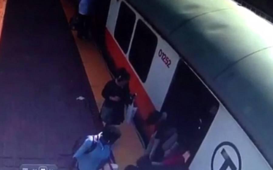 45 سالہ خاتون ٹرین اور پٹڑی کے درمیان پھنس گئی، لوگ ایمبولینس بلانے لگے تو چیخ چیخ کر منع کرنے لگی، منع کیوں کررہی تھی؟ حقیقت جان کر آپ کی آنکھوں میں بھی آنسو آجائیں گے