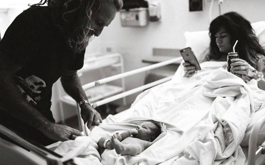 خاتون نے بچے کو جنم دینے کے بعد ہسپتال سے اس کی تصویر انٹرنیٹ پر لگائی تو دیکھ کر لوگ غصے سے آگ بگولا ہوگئے، ہر کوئی اس پر برس پڑا کیونکہ۔۔۔