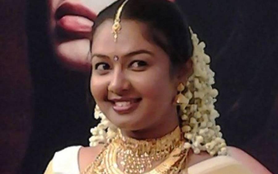 بھارتی اداکارہ کے گھر پر چھاپہ، وہاں اداکارہ سمیت پورا خاندان کیا کررہا تھا؟ دیکھ کر پولیس والوں کے بھی منہ کھلے کے کھلے رہ گئے، فوری گرفتارکرلیا کیونکہ۔۔۔