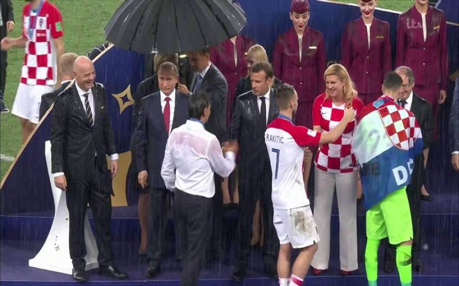 فیفا ورلڈ کپ، فرانسیسی صدر اور پیوٹن کی سٹیڈیم میں کھلاڑیوں سے پر جوش ملاقات ،گلے مل کر مبارکباد یتے رہے