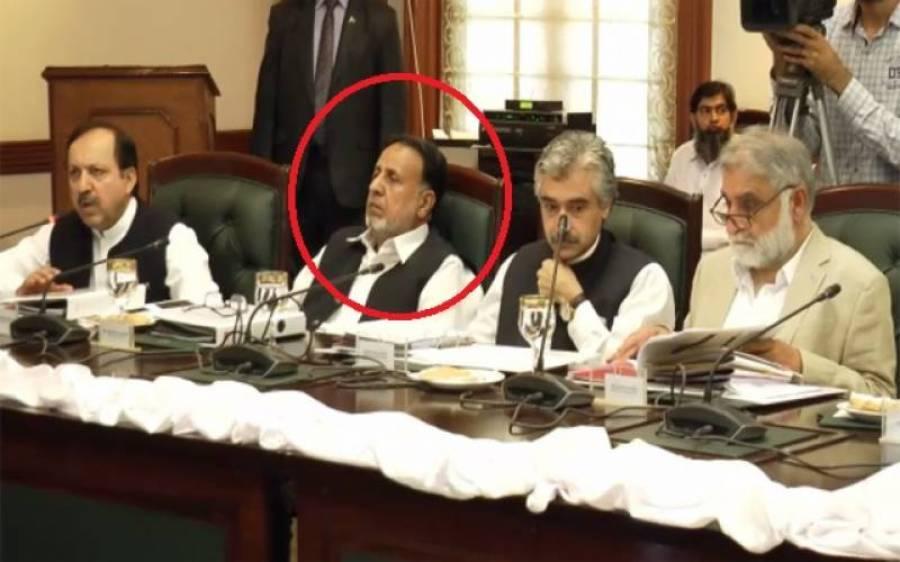 پنجاب کابینہ کے اجلاس میں وزیر ہاؤسنگ نیند کے مزے لیتے رہے