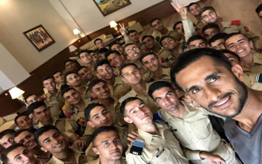 فاسٹ باولر حسن علی نے آرمی کیڈٹس کے ساتھ سیلفی سوشل میڈیا پر شیئرکردی