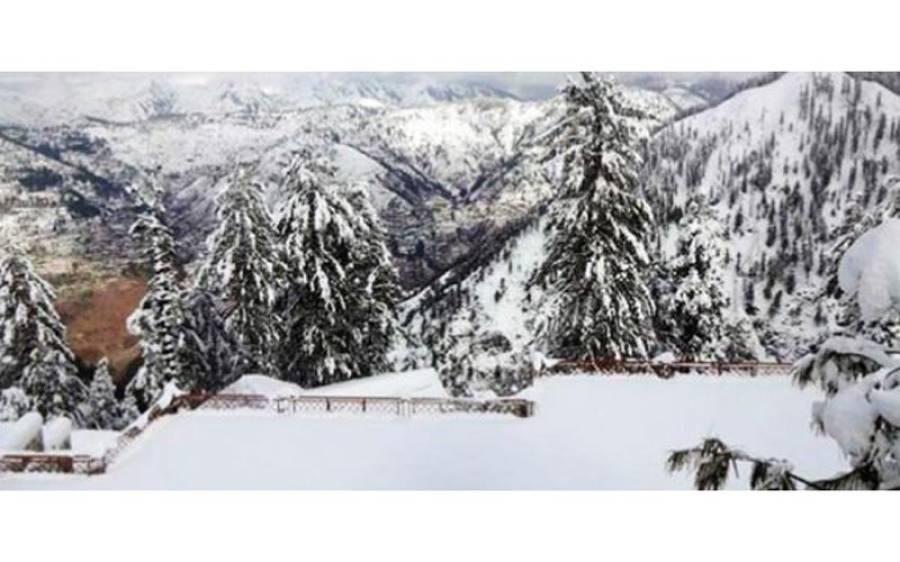گلیات میں برف باری کا آغاز ہو گیا،کئی مقامات پر رنگ جما دیا