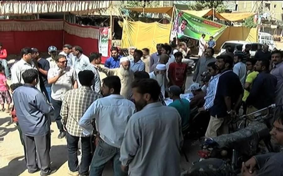 کراچی میں ضمنی انتخاب کے دوران تحریک انصاف اور ایم کیو ایم کے کارکن آمنے سامنے آ گئے