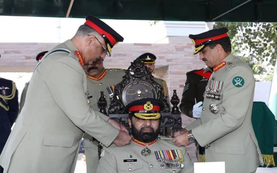لیفٹیننٹ جنرل ہمایوں عزیز کو آرٹلری رجمنٹ کے کرنل کمانڈنٹ کے بیج لگادیے گئے: آئی ایس پی آر