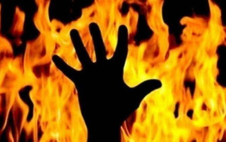 بھارتی شخص نے عورت کو جنسی زیادتی کا نشانہ بنانے کے بعد آگ لگا دی، شعلوں میں لپٹی خاتون نے آگ لگانے والے کو بھی پکڑ لیا لیکن پھر کیا ہوا؟ ہوش اڑا دینے والی خبر آ گئی