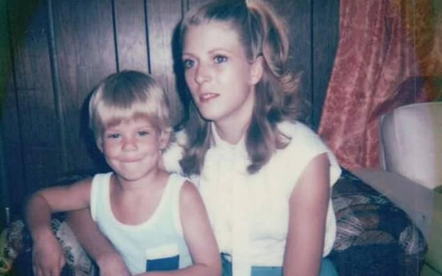 'میرے ٹخنوں میں سوراخ کر کے مجھے جانوروں کی طرح لٹکایا گیا' 6 مردوں کے ہاتھوں گینگ ریپ کا نشانہ بننے والی خاتون نے بالآخر 38 سال بعد خاموشی توڑ دی