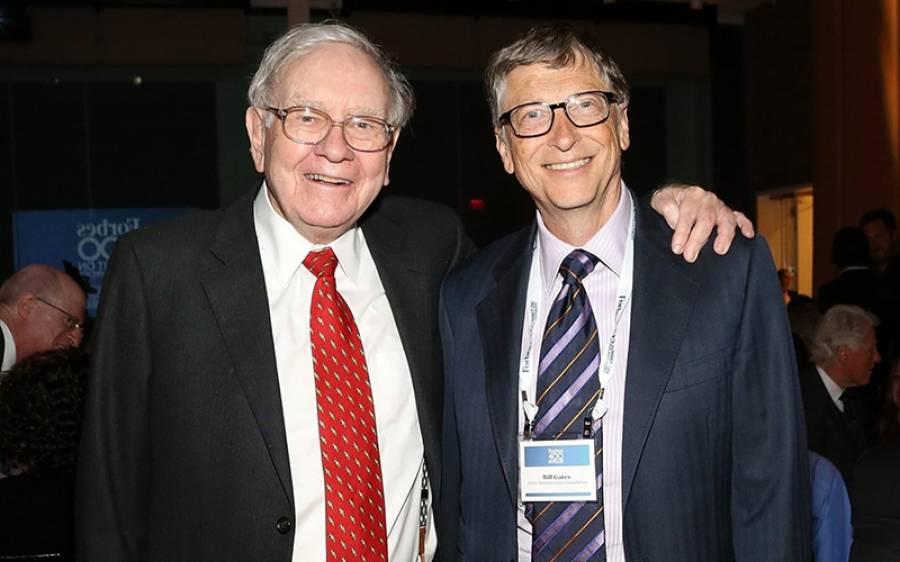 دنیا کے دو امیر ترین آدمی بل گیٹس اور وارن بفٹ ریسٹورنٹ میں 'ویٹر' بن گئے، دیکھنے والوں کی آنکھیں کھلی کی کھلی رہ گئیں