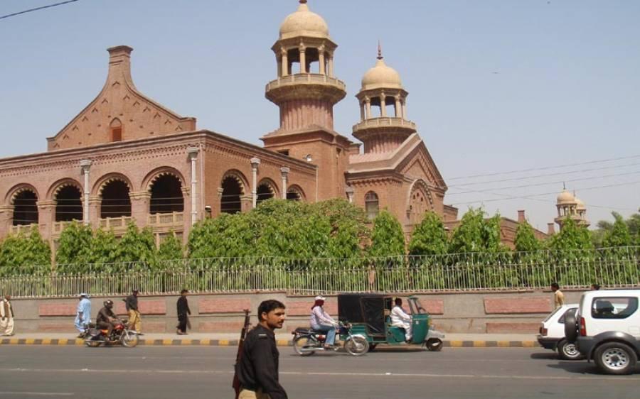 لاہور ہائی کورٹ نے جج کو کرسی مارنے والے وکیل کی سزا معطل کر دی