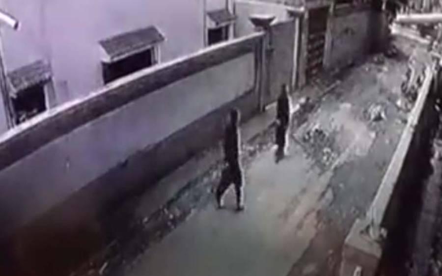 گلی میں شوہر کے ہاتھوں تشدد کا نشانہ بننے والی خاتون کی ویڈیو وائرل، اب کس حال میں ہے ؟ نہایت افسوسناک خبر آ گئی