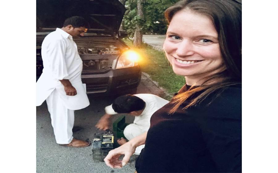 جرمن خاتون سفارتکار کی گاڑی خراب ہوئی تو ان دو پاکستانی نوجوانوں نے ایسا کام کردیا کہ پاکستانیوں کے سر فخر سے بلند ہوگئے