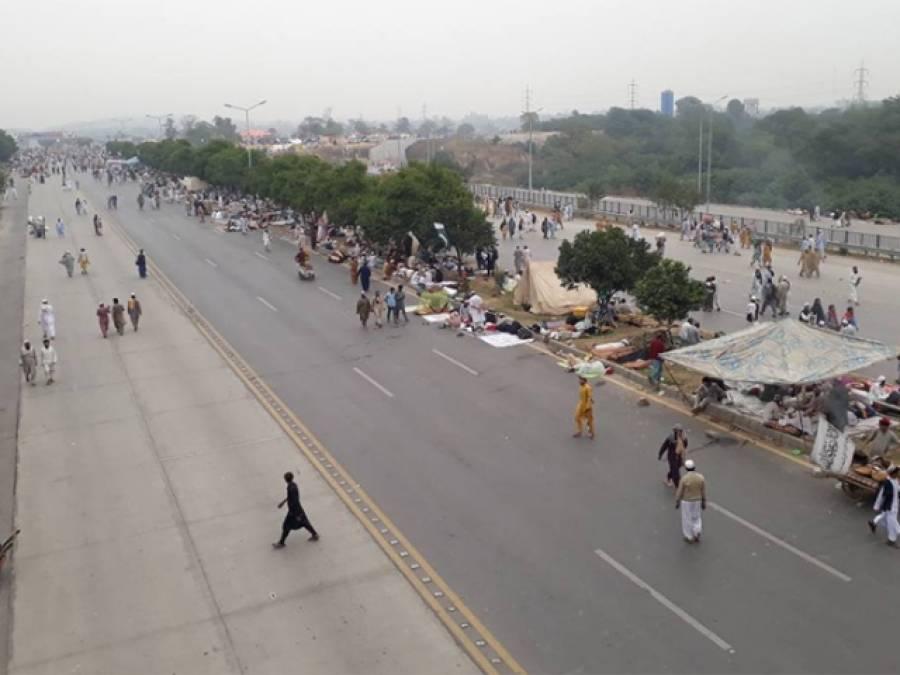وفاقی دارالحکومت کی کشمیر ہائی وے فٹ بال اور کرکٹ کے میدان بن گئے