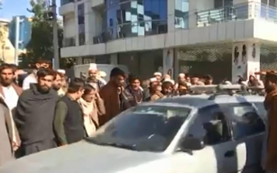 افغانستان میں پاکستانی سفارتکار وں کو حراساں کرنے کا سلسلہ جاری، گاڑیوں کے بمپر توڑ دیئے