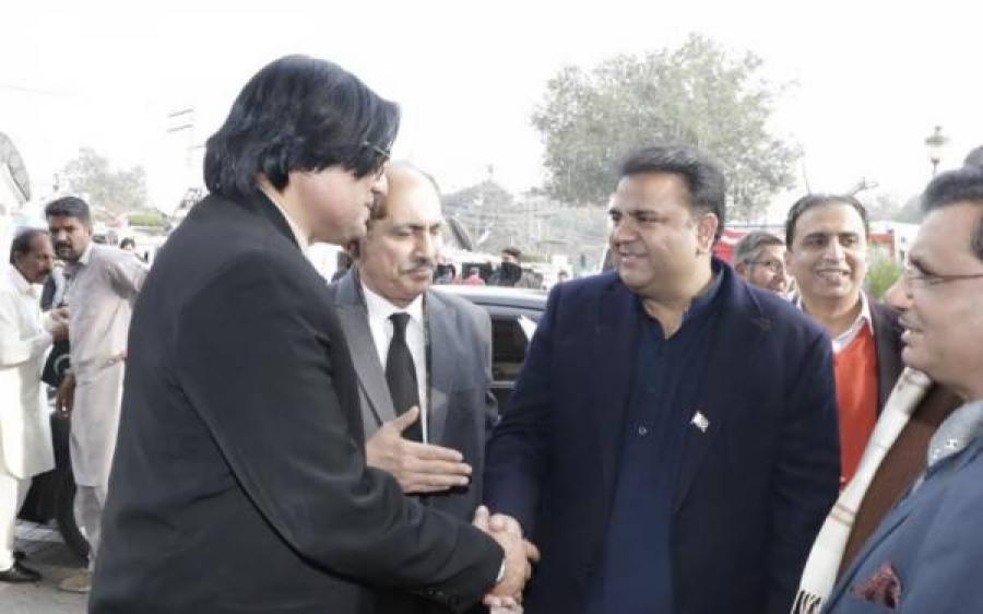 """فواد چوہدری نے کار ساز کمپنی """" ٹیسلا"""" کے مالک کو ٹویٹر پر آفریں کروانا شروع کر دیں"""