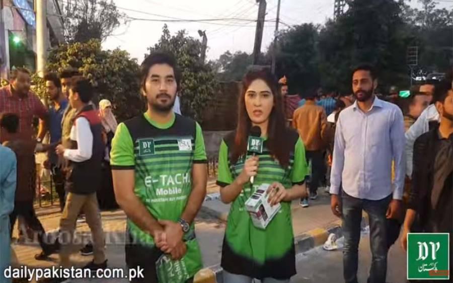 روزنامہ پاکستان کی جانب سے پی ایس ایل دیکھنے آنے والوں میں موبائل فونز تقسیم، آپ بھی جیت سکتے ہیں