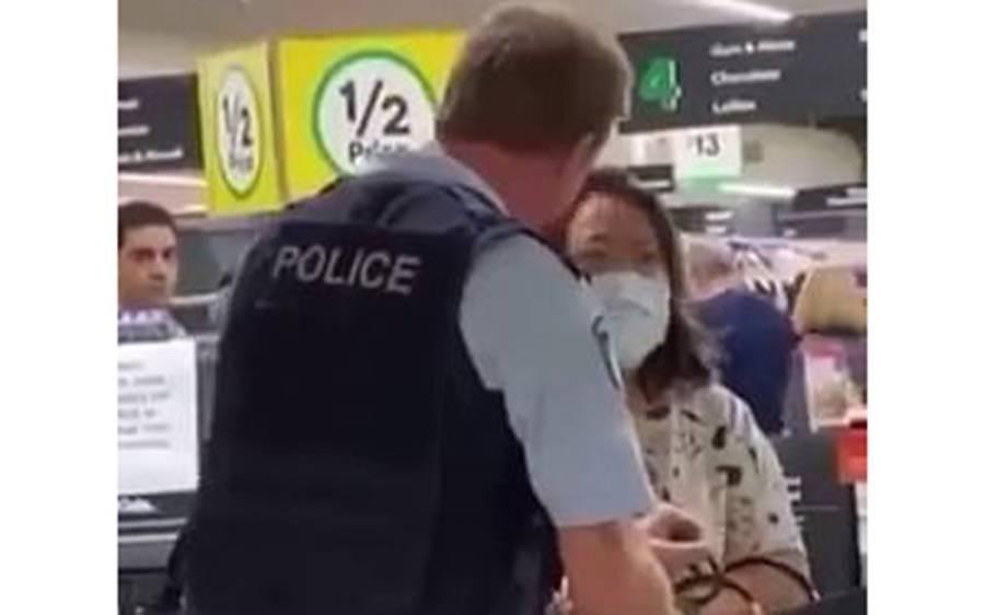 کیا یہ خاتون واقعی سپرمارکیٹ میں پھلوں پر تھوک پھینکتے پکڑی گئی؟ سوشل میڈیا پر وائرل ویڈیو کی اصل حقیقت سامنے آگئی